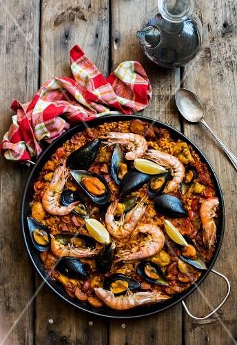 Paella mit Garnelen und Miesmuscheln