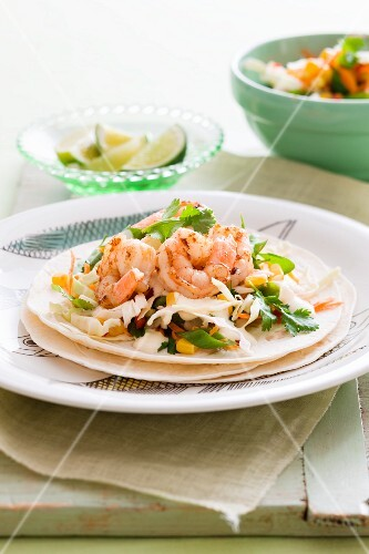 White cabbage taco salad with prawns (Mexico)