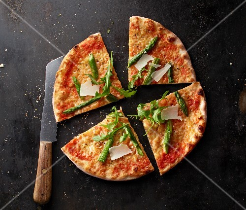 Pizza Margherita with asparagus, rocket and grated Parmesan