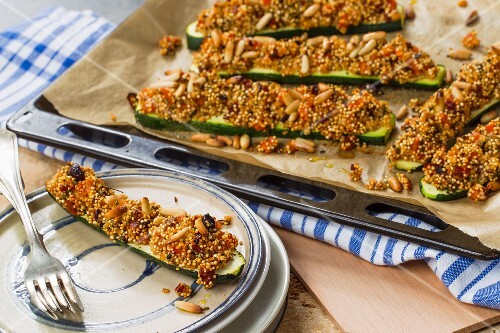 Oven-roasted courgettes with a vegan quinoa crust