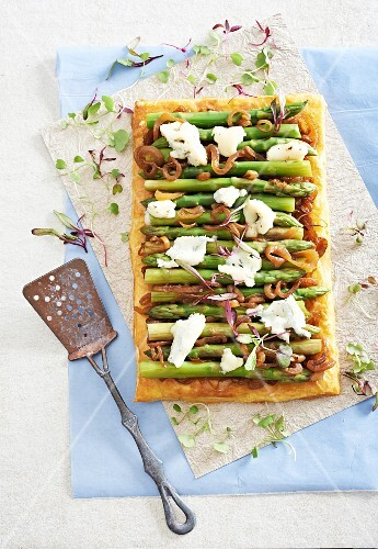 Puff pastry tart with green asparagus, caramelised onions and Gorgonzola