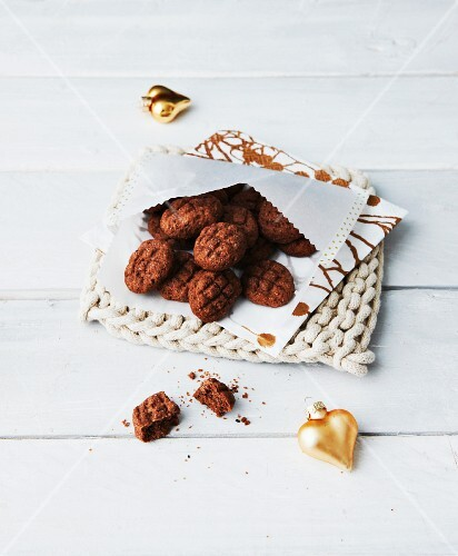 Vegan sesame seed and cocoa biscuits for Christmas