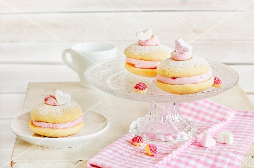 Whoopie pies with raspberry cream