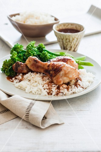Grilled chicken legs with broccoli, rice and garlic sauce (China)