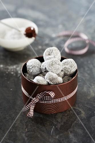 Chocolate truffles with icing sugar