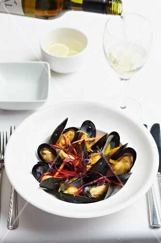 Mussels with julienned beetroot and white wine