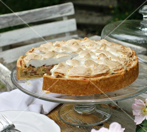 Rhubarb cake with a meringue topping