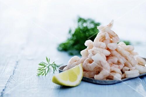 Peeled shrimps with lemon
