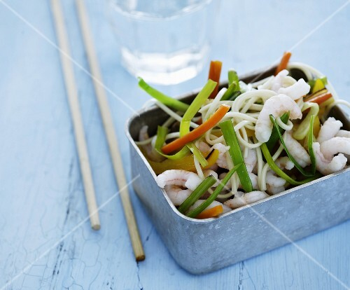 Oriental noodles with vegetables and shrimps