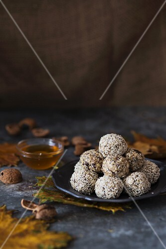 Energy bites with oats, honey and sesame seeds