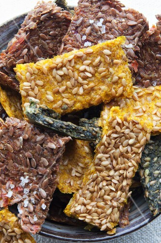 Coloured vegetable crackers with flax seeds