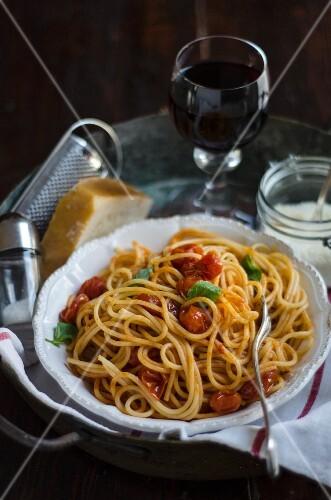 Spaghetti ai pomodori di Pachino (pasta with steamed cherry tomatoes, Italy)