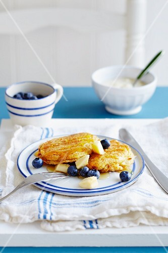 Pancakes with butter, blueberries and maple syrup (USA)