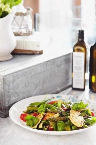Salad with halloumi, asparagus, spinach and tomato