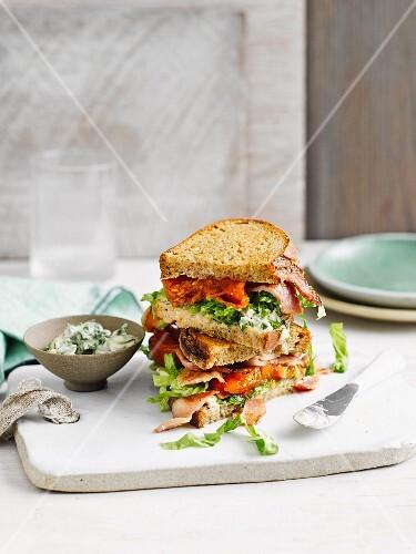 BLT Sandwich mit Basilikum und Mayonnaise