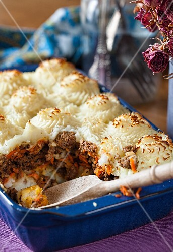 Beef bake with a mashed potato topping (Russia)