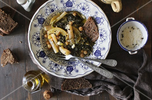Chickpea stew with herbs, white asparagus and black bread