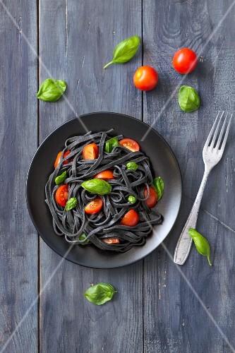Schwarze Tintenfischnudeln mit Tomaten und Basilikum