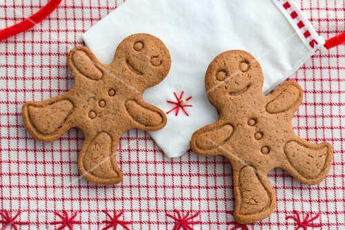 Two gingerbread men on a fabric bag