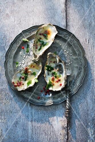 Gratinierte Austern mit rosa Pfeffer
