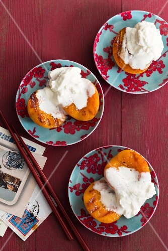 Spicy grilled peaches with cream