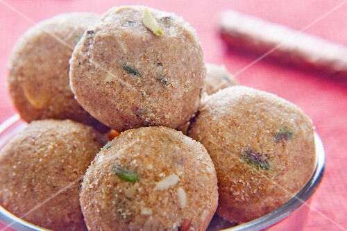 Pinni ladoo (sweet dumplings made from flaxseed flour and almonds, India)
