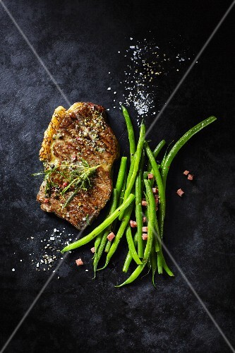 Rump steak with green beans and bacon