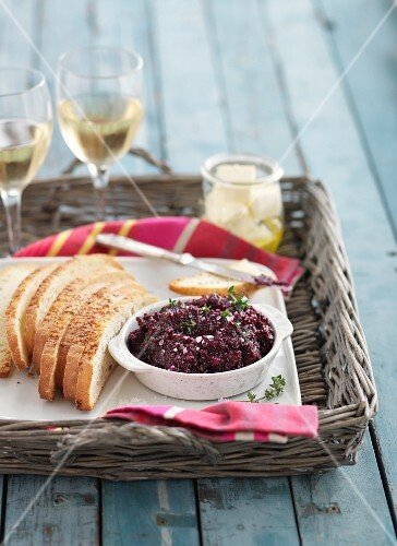Beetroot spread with bread and white wine
