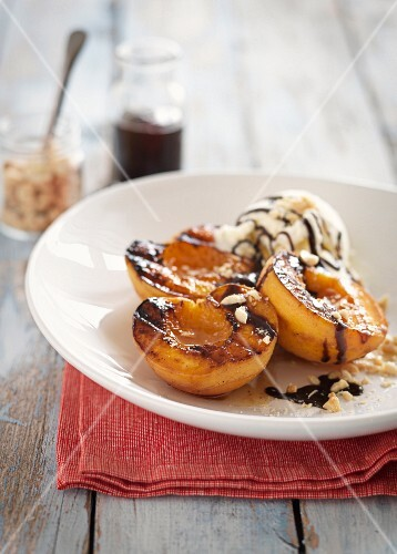 Gegrillte Pfirsiche mit Vanilleeis und Schokosauce