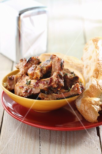 Grilled ribs with white bread