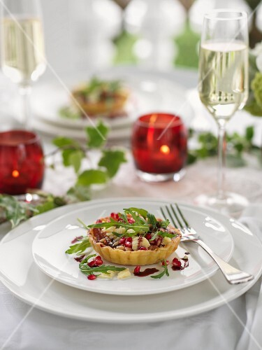 Spicy Christmas tartlet with pomegranate seeds