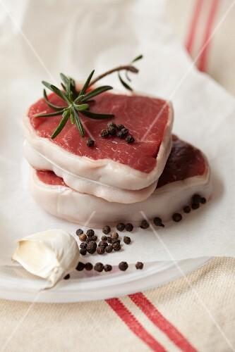 Tournedos with pepper, rosemary and garlic