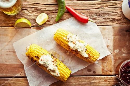 Gegrillte Maiskolben mit Chilibutter und Limetten (Mexiko)