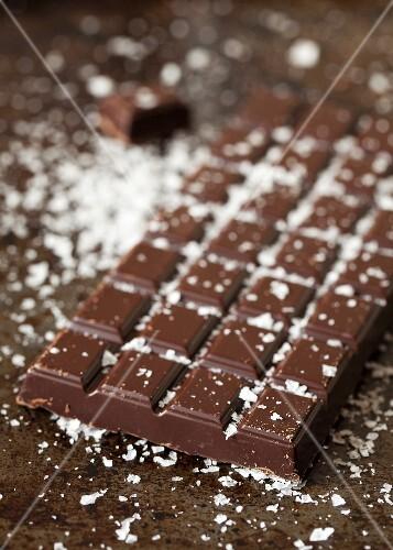 Dunkle Schokoladentafel, mit Meersalzflocken bestreut