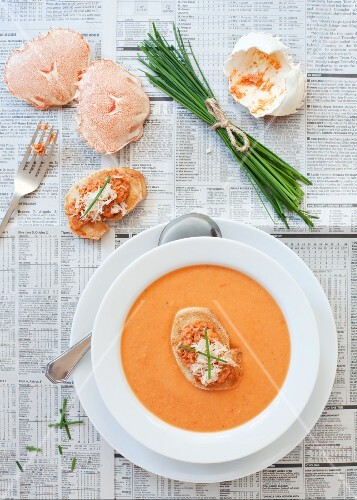 Tomaten-Fenchel-Suppe, garniert mit Krebstoast und Schnittlauch
