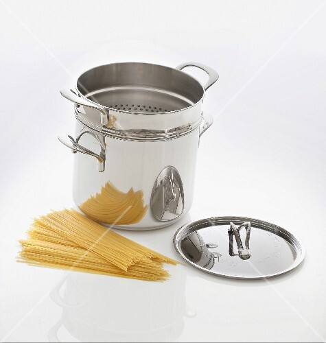 A pasta pot with an integrated drainer