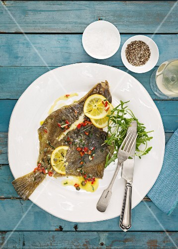 Fried flounder with lemons and rocket