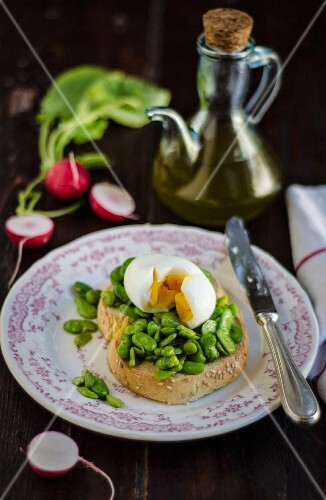 Crostino with broad beans and a hard-boiled egg