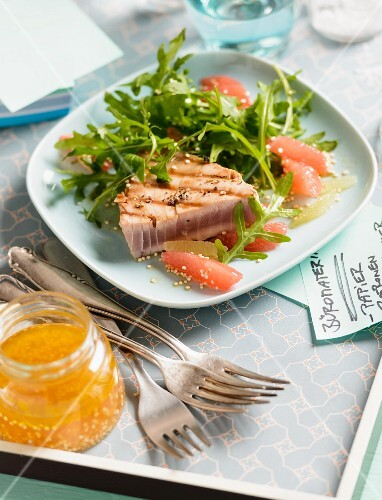 Rocket salad with pink grapefruit and tuna fish for lunch