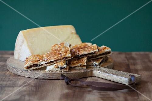 Sheep's cheese and flaky raisin pastries