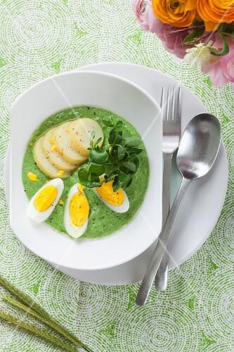 Spinat mit Kartoffeln und Ei