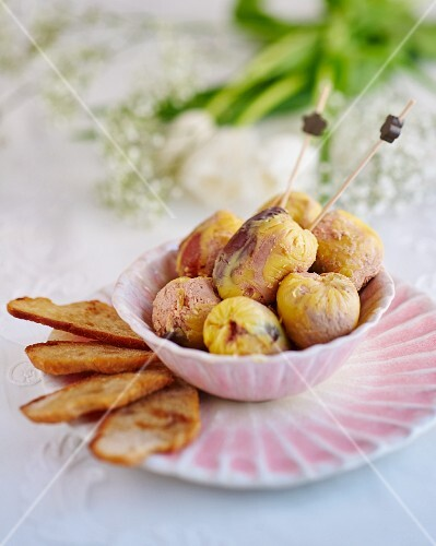 Goose liver canapés with dried fruits
