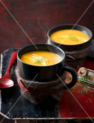Steaming fennel soup with nutmeg