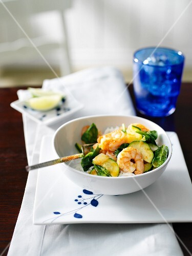 Fried prawn curry with spinach, courgettes and onions on rice