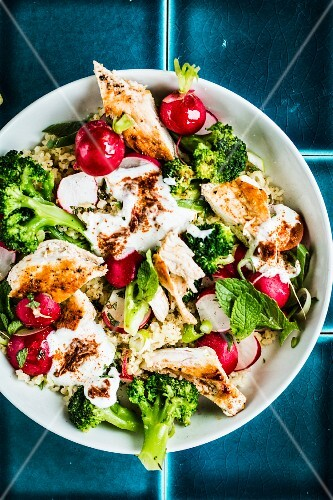 Bulgur salad with broccoli, radishes and chicken
