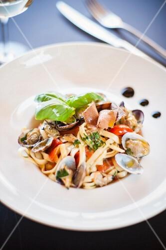 Tagliatelle con le vongole e la bottarga (pasta with clams and fish roe, Italy)