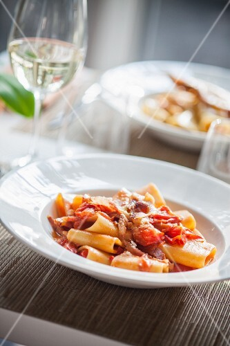 Pasta all'amatriciana (pasta with tomatoes, bacon, Pecorino cheese and chillis, Italy)
