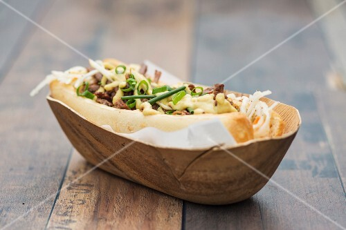 Port beef sandwich with coleslaw in a wooden dish