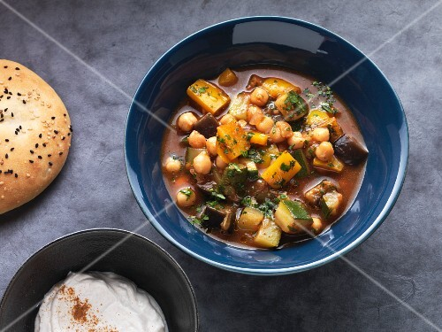 Oriental stew with Mediterranean vegetables and chickpeas with unleavened bread