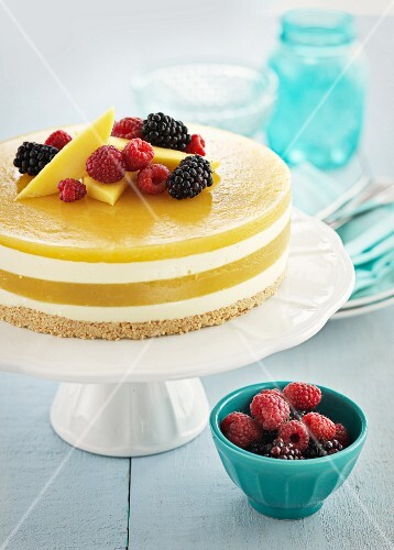 Mango cheesecake with berries